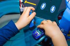 在家使用与葡萄酒玩具汽车的年轻男孩 选择聚焦在手边男孩和玩具 库存照片