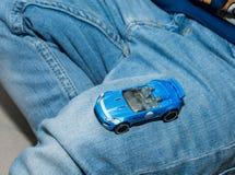 在家使用与葡萄酒玩具汽车的年轻男孩 选择聚焦在手边男孩和玩具 库存图片