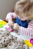 在家使用与运动沙子的小女孩 库存图片