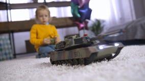 在家使用与遥控玩具的逗人喜爱的男孩 股票视频