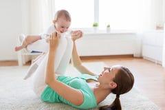 在家使用与婴孩的愉快的母亲 库存图片