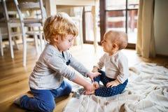 在家使用两个小孩的孩子 免版税图库摄影