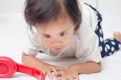 在家使用在床上的亚裔小女孩 免版税库存图片