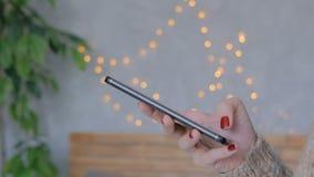 在家使用垂直的黑智能手机的妇女 影视素材