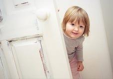 在家使用小女孩的乐趣 免版税库存图片