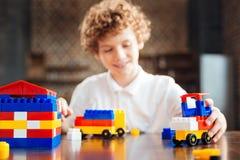 在家使用快乐的卷发的孩子 免版税库存照片