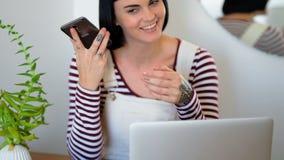 在家使用手机的妇女 影视素材