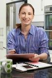 在家使用数字式图形输入板的女性自由职业者的工作者 库存照片