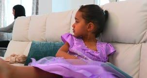 在家使用数字片剂的亚裔女儿在客厅4k 股票录像
