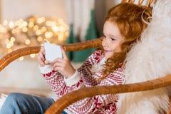 在家使用智能手机的孩子 免版税图库摄影
