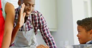 在家使用曲奇饼切削刀的家庭在厨房4k 股票视频