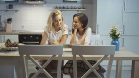 在家使用片剂的两个俏丽的女孩画象  股票视频