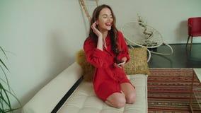 在家使用电话的年轻深色的妇女 股票视频
