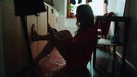 在家使用电话的年轻深色的妇女 股票录像
