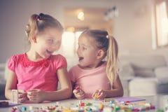 在家使用的女孩 使用与姐妹 图库摄影