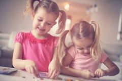 在家使用的女孩 只适合于小孩的事物 关闭 库存照片