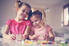 在家使用的女孩 女孩微笑的一点 免版税库存图片