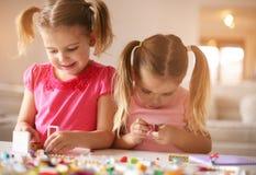 在家使用的女孩 姐妹为使用计时 库存图片