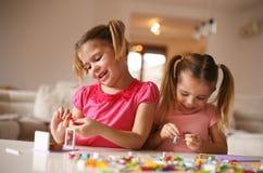 在家使用的女孩 黑色接近的耳机图象软绵绵地查出话筒填充白色 图库摄影
