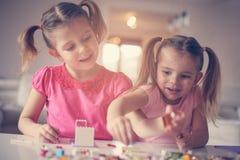 在家使用的女孩 免版税库存照片