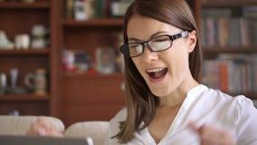 在家使用膝上型计算机的女实业家,知道好消息的专业女性激发快乐微笑 影视素材