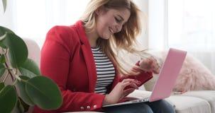 在家使用膝上型计算机的女实业家 股票视频