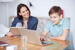 在家使用膝上型计算机的男孩 库存照片