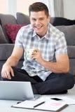 在家使用膝上型计算机的男性自由职业者的工作者画象  库存照片