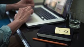 在家使用膝上型计算机的自由职业者 与问题标志的稠粘的笔记在书桌上 股票视频
