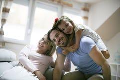 在家使用雍愉快的家庭 库存照片