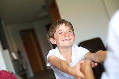 在家使用年轻微笑的男孩 免版税图库摄影