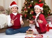在家使用sanata的帽子的,圣诞节装饰孩子,愉快的情感,寒假概念 图库摄影