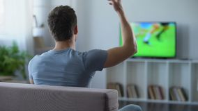 在家供以人员在欢呼他喜爱的队的大屏幕上的观看的足球比赛 股票视频