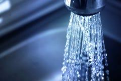 在家保存概念的水,减少用途 供水问题 免版税库存照片
