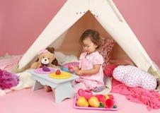 在家假装戏剧茶会与圆锥形帐蓬帐篷 库存照片