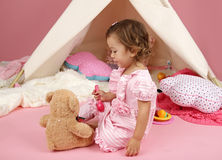 在家假装戏剧茶会与被充塞的熊玩具 免版税图库摄影