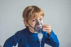 在家做与雾化器的男孩吸入 免版税图库摄影