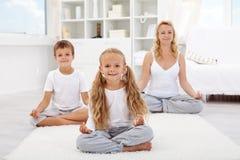 做瑜伽松弛锻炼的孩子 免版税库存照片