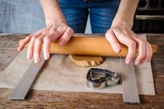 在家做姜饼干在厨房里 库存照片