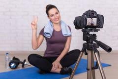 在家做新的录影的年轻运动的妇女vlogger 库存照片