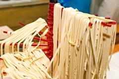 在家做新pappardelle的厨师 意大利烹调的概念 免版税图库摄影