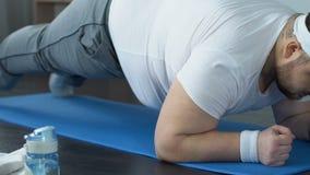 在家做板条锻炼的有动机的肥胖人,活跃生活方式,体育休闲 影视素材