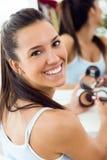 在家做构成的美丽的少妇在镜子附近 图库摄影