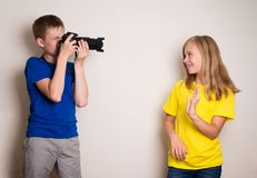 在家做照片的两最好的朋友青少年在他们的照相机,有乐趣一起,喜悦和幸福 免版税库存照片