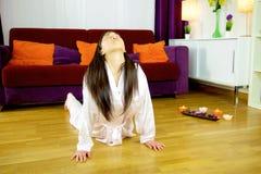 在家做瑜伽在地板宽射击的亚裔妇女 库存照片