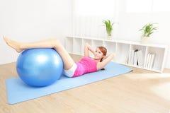 在家做瑜伽的健康少妇 免版税图库摄影