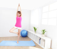 在家做瑜伽的健康少妇 免版税库存照片