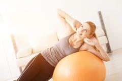 在家做瑜伽的少妇 免版税库存图片