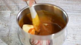 在家做的过程软的焦糖 增加的和熔化的黄油 股票视频