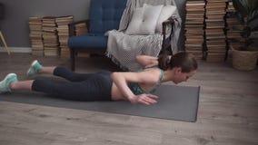 在家做背部肌肉的健身妇女锻炼在席子 影视素材